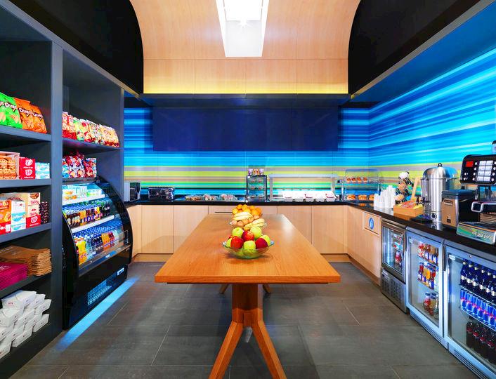 Tatlı yiyecekler, hafif ve sağlıklı seçeneklerden oluşan yenilikçi bir menüye sahip olan Re:fuel ile günde zinde başlayacaksınız.