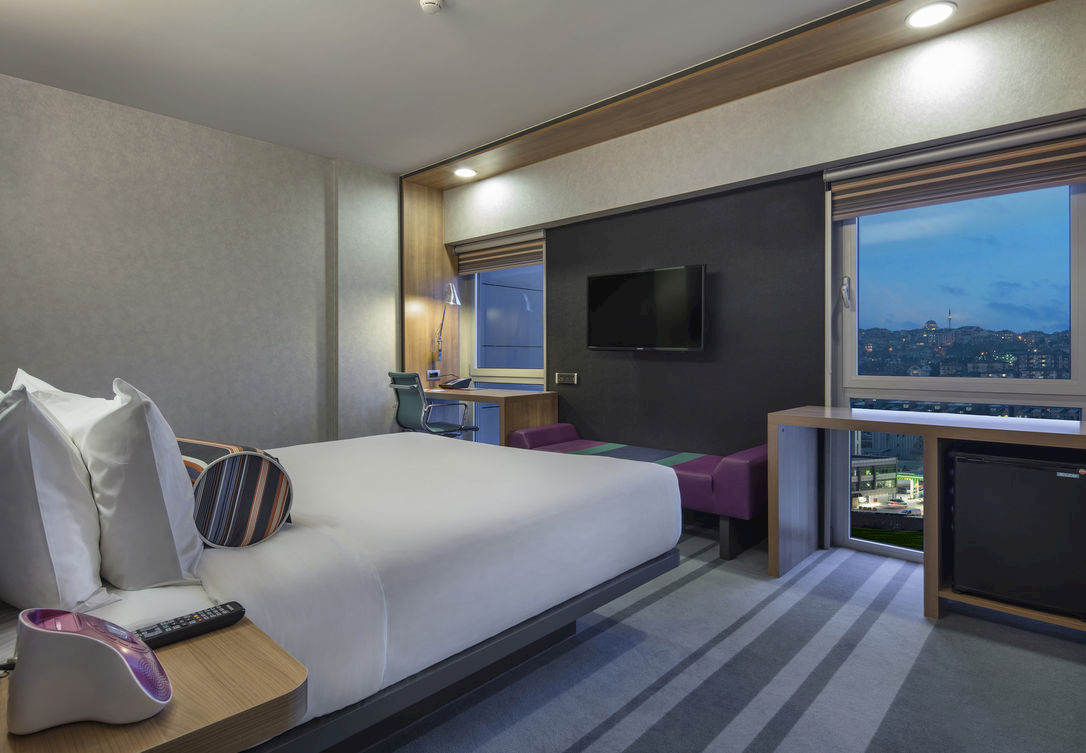 Loft tarzı dairelerden esinlenilmiş rahat bir odada keyifle konaklayın.